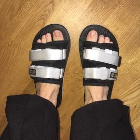 Suicoke sandaler købt i sommers. Har kun brugt den få gange. Spørg endelig :))