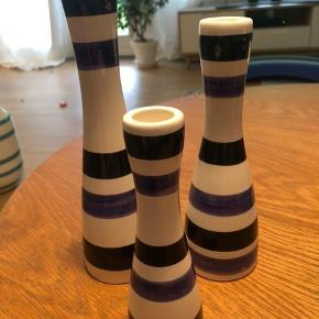 Fine lysestager i tre forskellige højder (16,5cm, 20,5cm og 24,5cm). Striber i sort og lilla. Umiddelbart ingen brugsspor.