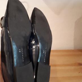 Flotte flade mørkeblå laksko fra Zara. Brugt meget lidt. Indvendig mål er 25 cm. Porto 37 kr.