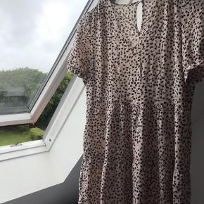 Kjole fra Pigalle i str 36, som blev brugt sidste år, men sælges da jeg desværre ikke bruger den mere. Den har ingen tydelige tegn på slid. Kom med et bud