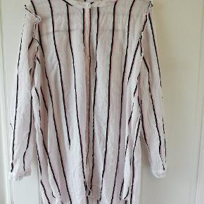 Hvid skjorte/kjole med lyserøde og sorte striber. Flæse detaljer ved ærmerne. Tager ikke billede af tøjet på. ✌️🌺