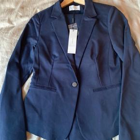 """""""Jones Blazer"""" jakkesæt med blazer og bukser i blå navy farve. Sælges kun samlet.  Alternativt byttes til str L, fra samme mærke i ubrugt stand. Eller Malene Birger blazer str 38 i ubrugt stand."""