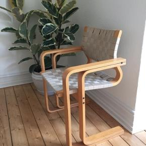 Smuk frisvinger stol produceret af Magnus Olesen.   Formspændt bøg og flet af gjorder/naturflet.  Super flot, minimalistisk og skulpturel stol/armstol/lænestol/spisebordstol.   Sælges kun hvis rette bud kommer. Meget pæn stand med få brugsspor.
