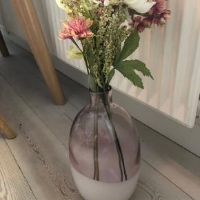 Fin vase med kunstige blomster