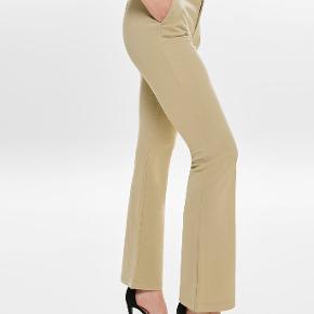 Only beige flared bukser. Er en længde 32  Jeg er 1.72 og vejer 65 kg. Bruger normalt small/medium. *dette item kan benyttes i mit 3-for-100 tilbud