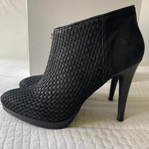 Super flotte støvletter med plateau foran. Hælen er 11 cm og så er der skjult plateau foran på ca 2 cm. Meget elegante. Været på 1-2 gange