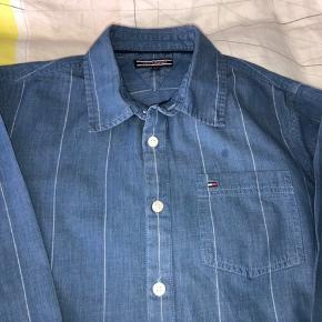 Flot skjorte, blå med tynde hvide striber. Vasket og strøjet. Har aldrig været i brug... Alderssvarende i str.  Bytter ikke.