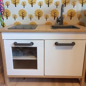 Klassisk Legekøkken fra IKEA med 2 kogeplader, 4hylder, 2 låger, vask og vandhane medfølger pose med kopper/legemad m.m.