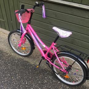 Fin pimpet pigecykel str 6-8 år, har stået inde næsten altid..
