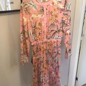 Helt ny super fin kjole. Sælges da den er købt for stor 🌷🌷 kan passes af en s-m