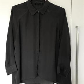 Varetype: skjorte Farve: Almost Black Oprindelig købspris: 1400 kr.  Super fin skjorte fra Tiger of Sweden kun brugt 1 gang så fremstår som ny  Mindste pris 350,-  100 % Polyester  Længde ca,62 Brystmål ca. 66 x 2 hele vejen rundt  BYTER IKKE