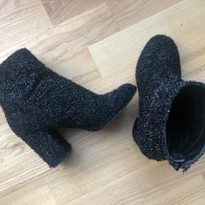 Skoene er kun brugt 2 gange så derfor fejler de intet. Str 38.
