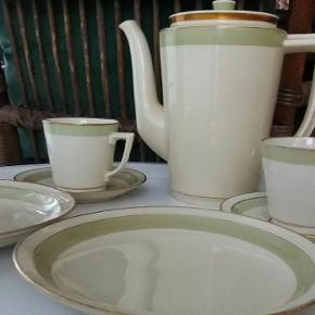 Royal Copenhagen Broager Vintage stel. Designet i 1930erne. Kaffe kopper med underkopper og kage tallerkner i pastel lys.  Pr trio sæt kr 60 Kande kr 150