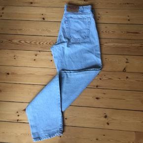 Levi's lyseblå vintage jeans Kan prøves. Åben for bud 😊  Afhentes 2450 Kbh Sv Sender med DAO.  Se alle mine annoncer hvis du klikker på mit profil navn - OBS jeg gir mængderabat🧚♀️