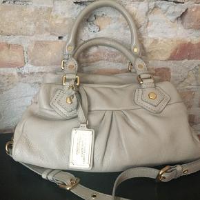 Classic baby Q taske. Super fin beige mindre taske fra Marc Jacobs, hvor der kan være en ipad. Der følger også en skulderrem med.
