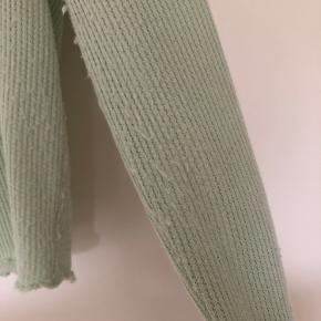 """Grøn kort cardigan  Den har lidt """"fnuller"""" som kan ses på billede 2"""