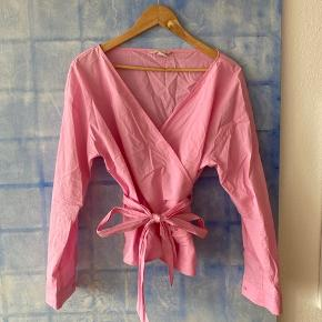 Fineste pink slå-om skjorte med langt bindebånd 100% bomuld Aldrig brugt Str 42 (kan passes af 38 og 40 også)  Afhentes på indre Nørrebro   Bytter ikke