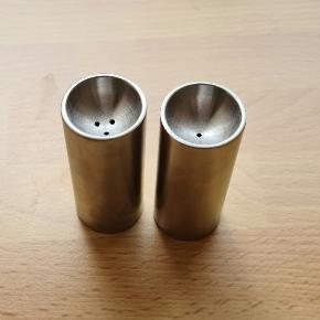 Nyt Stelton salt og peber sæt (Arne Jacobsen). Aldrig brugt, dog uden æske.  Højde 6,3 cm. Diameter 2 cm.   Bud er dog velkommen.  Nypris: 399 kr.  Slået op flere steder