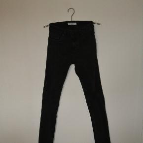 Jeans fra Just Junkies, med masser af stretch i stoffet og huller på knæene str. 31/34 Livvidde 78 cm skridtlængde 87 cm Som afbillede