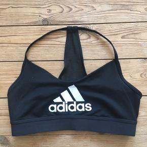 Sports-BH fra Adidas, kun brugt få gange. Sælges da den er for lille, jeg er en størrelse small :)