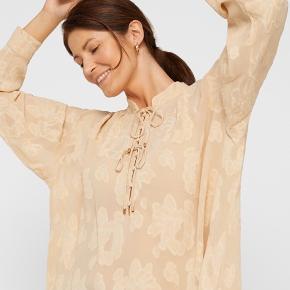 Smukkeste bluse med fine detaljer 🐹 Bytter desværre ikke..