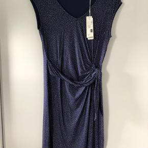 Kortærmet stræk kjole med rynke i siden og bindebånd fra Esprit. Båndet kan justeres, men er fastsyet i siden.  Aldrig brugt.  Str. M. 100 cm i længde.  95% viskose 5% elastan