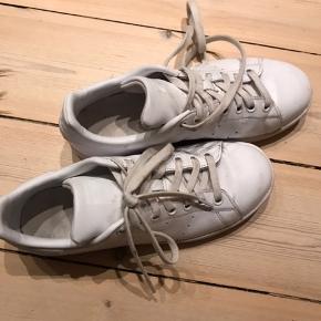 Fede hvide Stan Smith Sneakers i str. 38 2/3, men passes af en 38. Brugt meget få gange, da de er for små til mig. Derfor er de næsten helt som nye. Skriv for flere billeder eller spørgsmål❤️