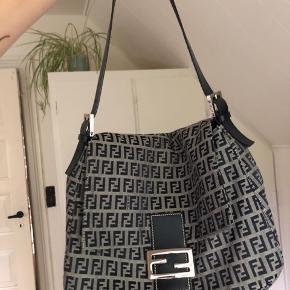 Overvejer at sælge denne Fendi Baguette Mama i grå/mørkeblå. Meget god stand, der er dog et par små pletter på bagsiden