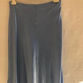 Super smuk lang nederdel falder smukt. Fin både med sneakers og støvler.