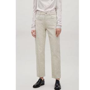 Hvide granuleret jeans fra Cos i str. 28. Sælges, da jeg ikke får dem brugt. Standen er næsten som ny.