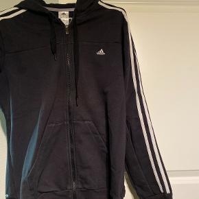Jeg sælger denne sweatershirt, da jeg simpelthen ikke får den brugt. Den er i en størrelse L fra Adidas. Den er rigtig comfy, og vil passe til både en størrelse S, M, L og XL, afhængigt af den ønskede pasform. Jeg er selv en M, og den passer rigtig godt, som oversize  Trænger til en vask, men ellers intet galt med den  Sælges billigt, og kan enten sendes eller hentes i Odense omegn