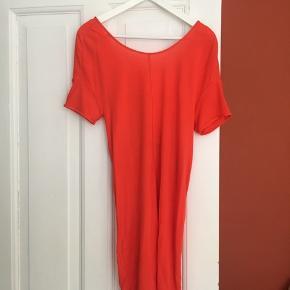 Fin orange kjole fra Acne med fin detalje i ryggen.  Desværre er den blevet for lille  Har en kuglepinds prik, der desværre ikke kan gå af. Ses på billede 3