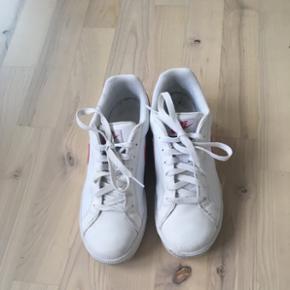 Sneakers fra Nike i str. 39. Så gode som nye. Jeg bruger selv 37-38 og passer dem perfekt. De er lidt små i størrelsen.
