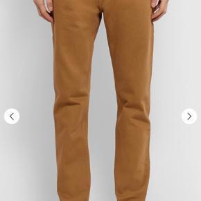 Helt nye Dries van Noten jeans i størrelse UK/US 30 (82 cm i livvidde).   Se bukserne på MR PORTER, hvor de er udsolgt: https://www.mrporter.com/en-dk/mens/product/dries-van-noten/clothing/slim-jeans/denim-jeans/8378037991072956  Farven vist på billederne på MR PORTER er mest retvisende.