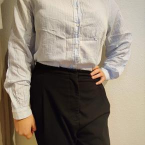 Lyseblå og hvid stribet skjorte med fint broderi og flæse krave 🦋Kom gerne med et bud 😊