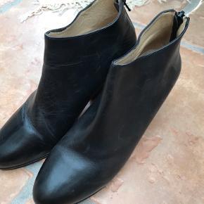Helt nye og ubrugte støvler af mærket Maurini i skind. Støvlerne har lynlås bagpå.