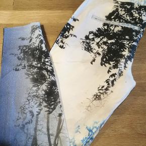 Meget flotte jeans fra Gustav. Mid Rise waist. Tuxedo. Forrest print. Billede 2 viser modellen. Str.: 38 Ny pris: 999,-  Se også mine andre annoncer med kvalitetstøj til både manden og det smukke køn.