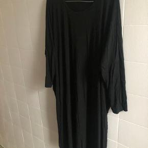 Oversize kjole fra Mads Nørgaard. Brugt få gange og fremstår som ny