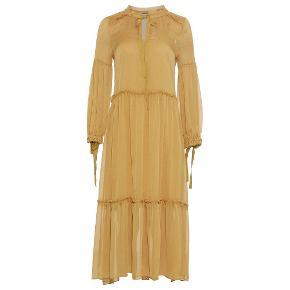 Ubrugt og virkelig smuk, gul kjole. Det er en str. xs, men den er løs i det. Underkjolen følger ikke med.  Bytter ikke.
