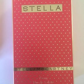 Stella McCartney Peony eau de toilette 100ml. Åbnet for et par mdr. siden og brugt til stregen på flasken🌸 se gerne alle mine andre annoncer også🌸