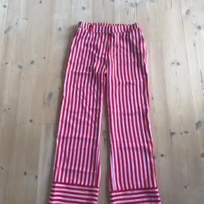 Fine og farverige bukser fra Envii - str. M. Sidder rigtig godt i modellen og har elastik bagpå og i siderne - derfor passer de flere kropstyper. Sælges udelukkende fordi de er et fejlkøb for mig.  Pris: 100 pp  Ved forspørgsel kan den matchende blazer også købes, jeg har bare ikke taget billeder af denne endnu :-)