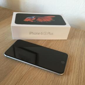 Sælger denne iPhone 6S Plus med 128GB i space gray for min svigerfar, da han SKULLE have en anden arbejdsmobil.  Der medfølger kasse til, oplader samt den lille udskubber til simkort.  Der er beskyttelsesfilm på og det har der været siden køb. Den virker upåklageligt og batteriet virker som det skal. Det eneste der er værd at nævne er de små ridser den har fået på bagsiden, dette er dog ikke noget betydeligt, men skal nævnes.  Jeg sender ikke denne vare, men den kan afhentes på min adresse i Århus C. Tager imod Mobilepay.