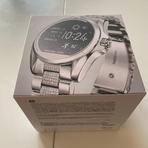 Michael Kors MKT5000 Bradshaw smartwatch. Brugt ca 1 år - har nogle få brugsridser i kanten, men ellers fejler uret ingenting. Har originalkasse som medfølger samt ekstra læderrem i sort.
