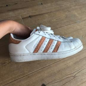 Sælger mine Adidas Superstar, da jeg ikke får dem brugt mere.  De er i fin stand, men med slitage forskellige steder som ses på billederne ❤️  Køber betaler fragt!