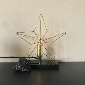 Sælger pt kun via mobilepay 😊  Brand: kfabscandinavia Varetype: Lampe/ bord lampe Størrelse: Oz Farve: Se  ***BYD BYD BYD*** Denne fantastisk smukke sag og jeg kan ikke rigtig blive gode venner, så overvejer at sælge den. Kan se den er fra K-fab Scandinavia, men kan ikke finde modellen ved google søgning.. den er helt fantastisk med grøn marmor lignende bund, og stjerne i guldfinish..