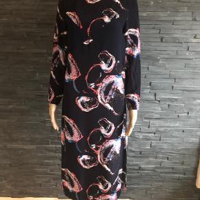 Smuk smuk lang kjole  Aldrig brugt Bryst 88 cm  Længde 116 cm  100% viscose