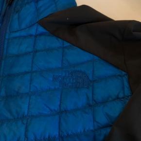 Super lækker tynd og let jakke, som bare har hængt i skabet uden at blive brugt.  Bytter ikke og fast pris