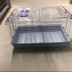 Sælger dette hamster bur! Rigtig fin stand. Medfølger hjul, drikkeflaske og hus. Længe 45 cm. Bredde: 27 cm Højde: 27 cm.