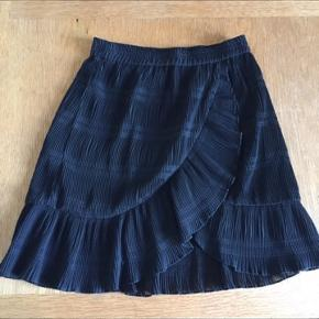 Rigtig fin sort nederdel fra Ganni i str. Xs. Passes også af en small, da der er elastik i livet.  Som ny Sender med DAO  Byd gerne