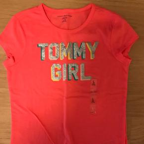 Pink Tommy Hilfiger t-shirt. Men glipper print. Aldrig brug. str 12-14 år  Kan sendes hvis køber betaler fragten